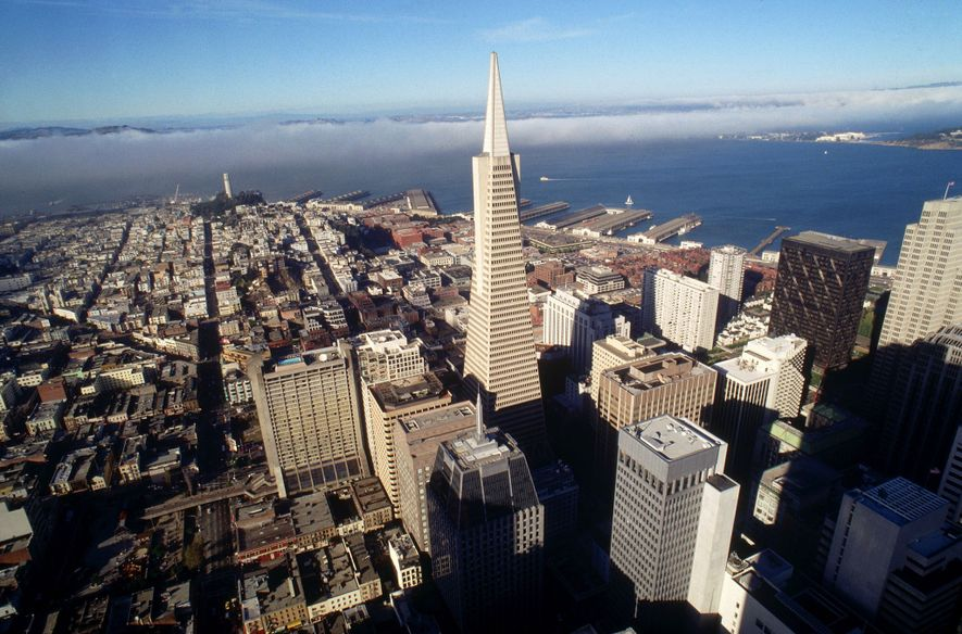 San Francisco suele ocupar los primeros puestos de las clasificaciones de programas de sostenibilidad progresivos, que incluyen la eficiencia energética en edificios. La Pirámide Transamerica obtuvo la clasificación de «edificio verde» más alto por sus prácticas. El edificio de 260 metros fue el más alto de la ciudad hasta que quedó eclipsado por la torre Salesforce, de 326 metros, el año pasado.
