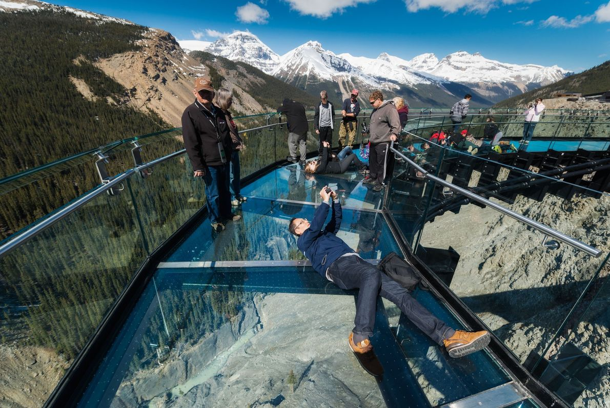 Imagen de los visitantes del Glacier Skywalk, en el Parque Nacional de Banff