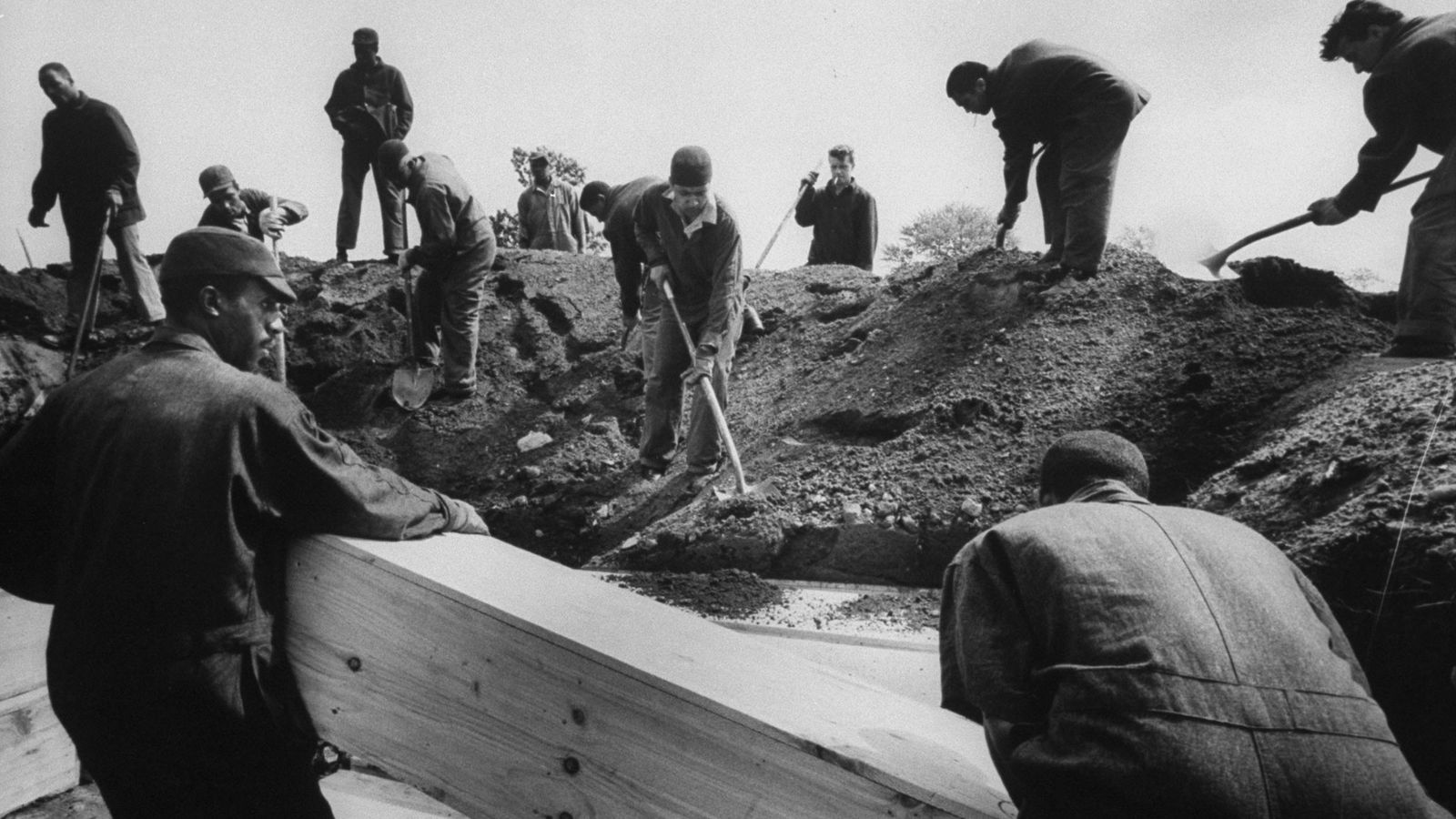 Prisioneros enterrando cadáveres, Isla Hart