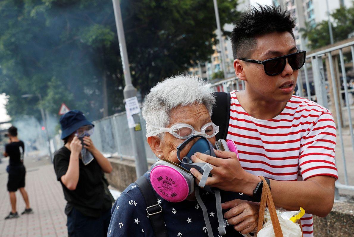 Manifestante ayuda a una anciana