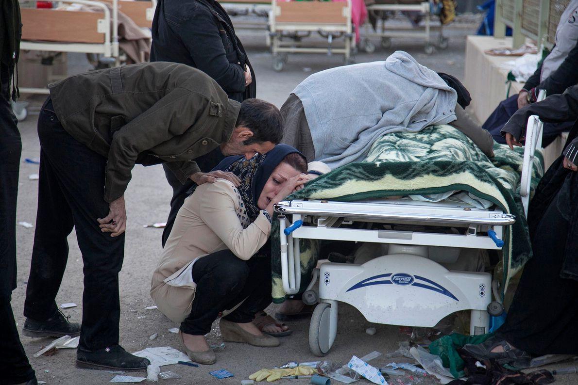 Familiares lloran junto al cadáver de una víctima
