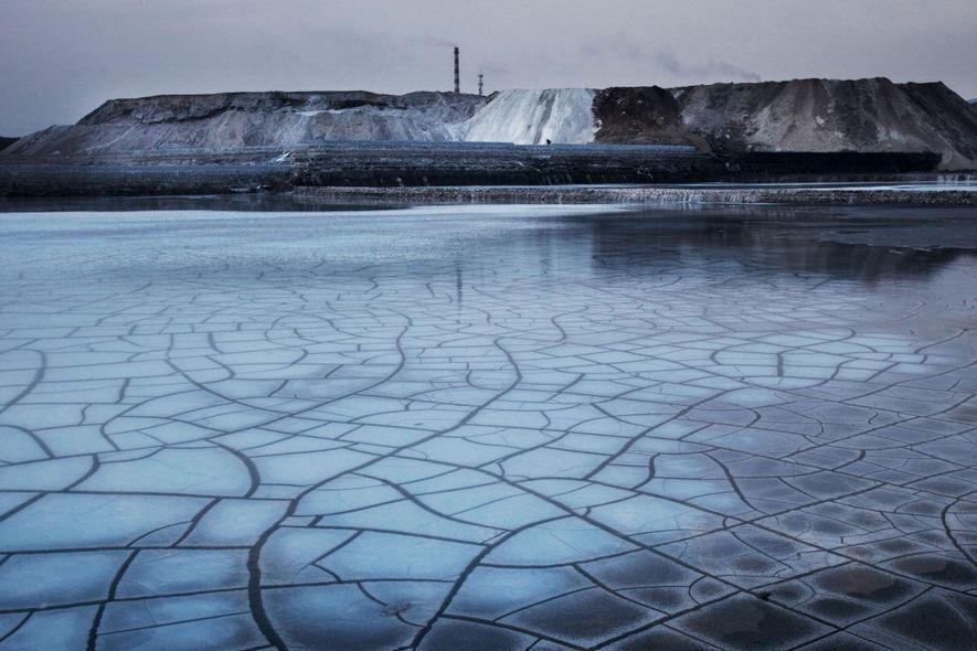 La central química de Wuhai produce PVC, uno de los polímeros plásticos más usados del mundo. ...