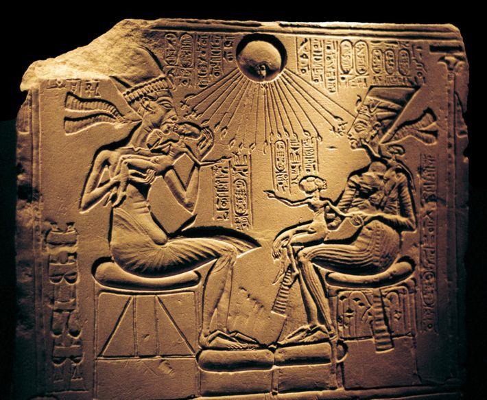Imagen de Akenatón con su mujer, Nefertiti, y sus tres hijas