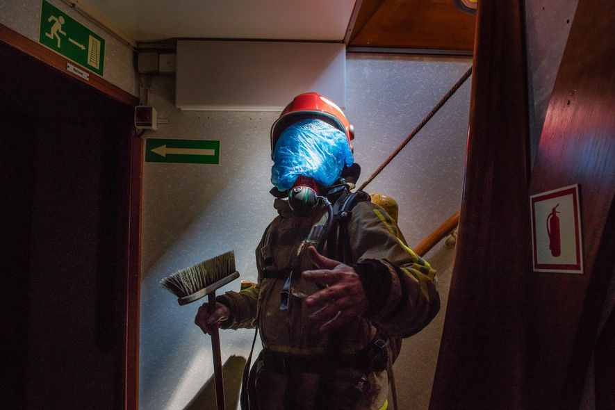 Mientras entrenaban, los participantes se cubrieron la cara con máscaras azules de plástico que simulaban la ...