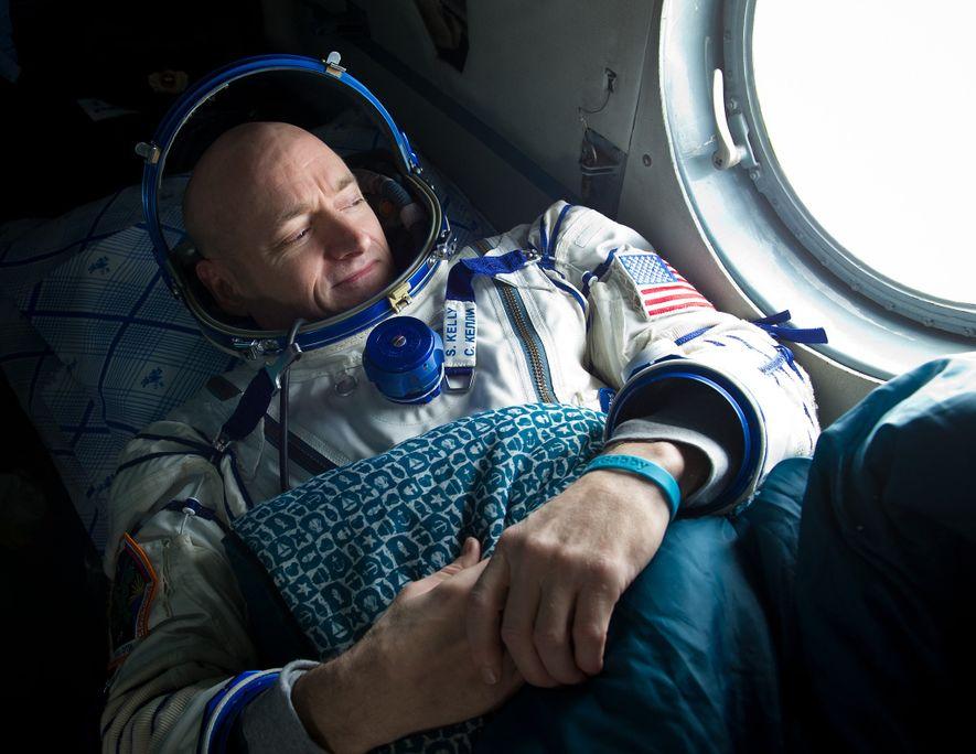 Tras una estancia de seis meses en la EEI en 2011, el astronauta Scott Kelly mira ...