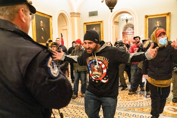 Los seguidores de Trump se enfrentan a la policía