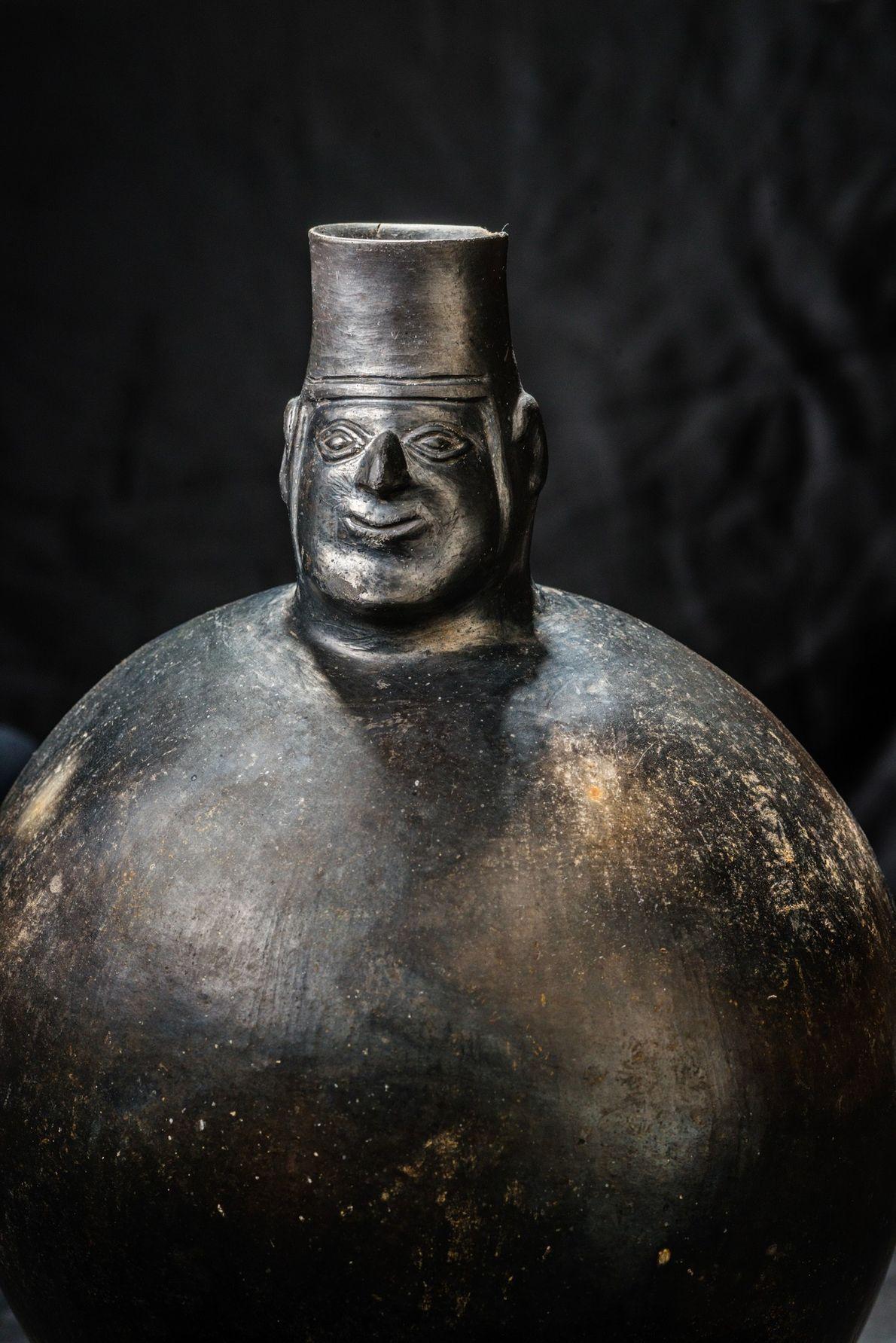 Una estatua de piedra, uno de los tesoros de la tumba imperial del Castillo de Huarmey.