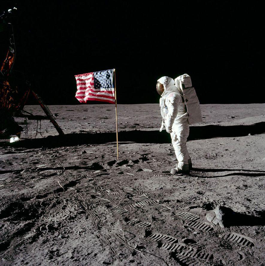 Buzz Aldrin camina sobre la luna y deja sus huellas. Describió el paisaje lunar como una «magnífica desolación».