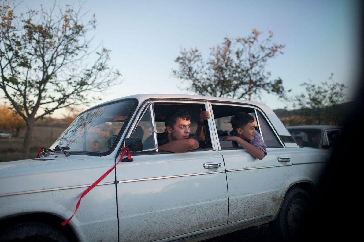 Imagen de adolescentes sentados en un coche blanco