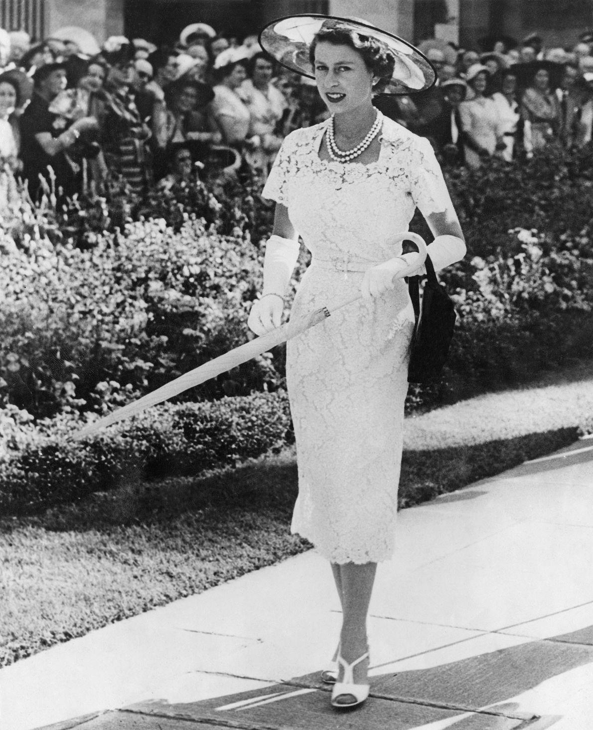 Imagen de la Reina Isabel II con un vestido ceñido en una fiesta de Jardín en ...
