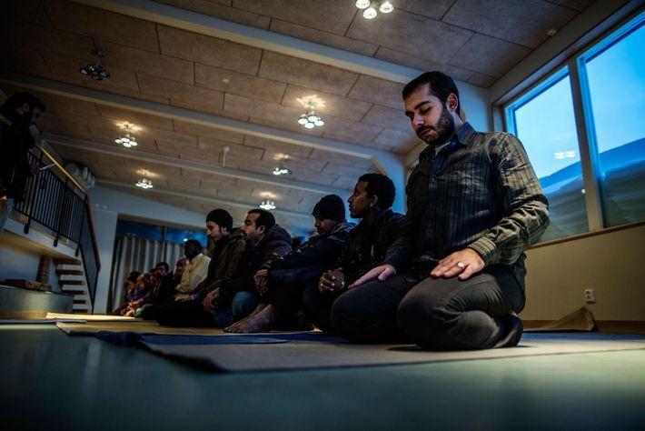 Refugiados rezando