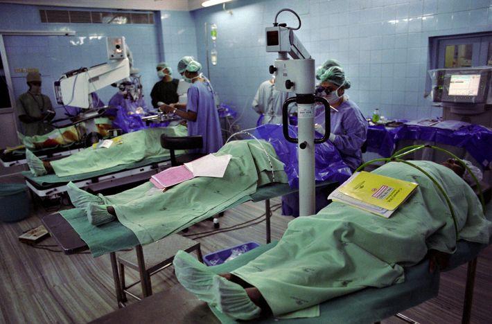 Los pacientes reciben cirugía ocular