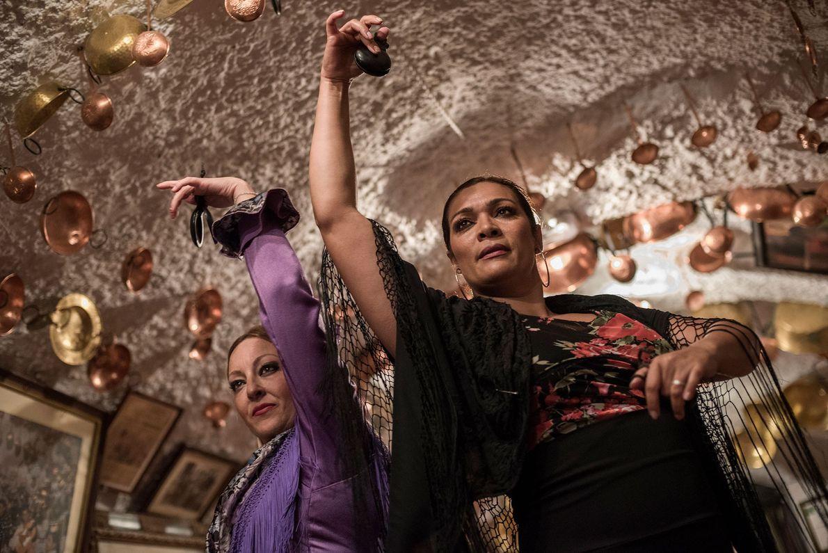 Dos mujeres bailan flamenco