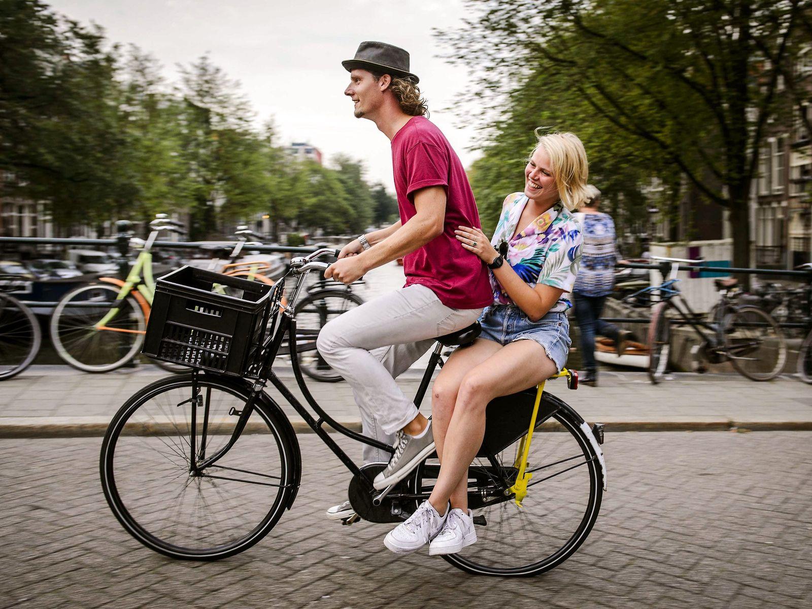 Imagen de dos ciclistas en Ámsterdam