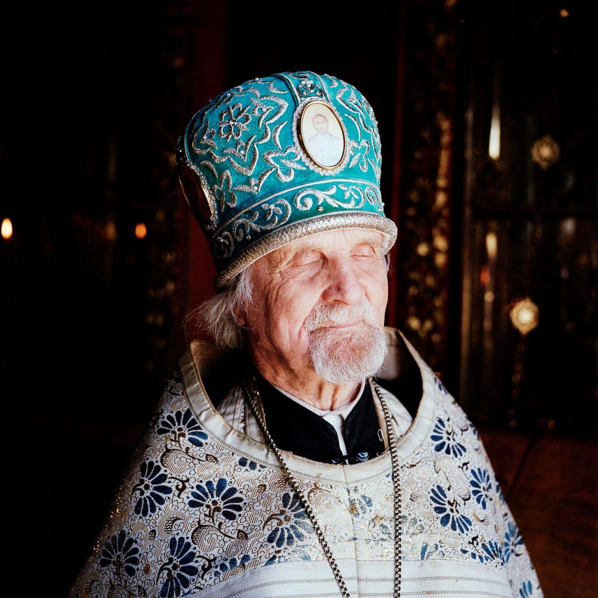 El padre Jevgeni, un sacerdote de 85 años de los «medio creyentes», ha oficiado e la …