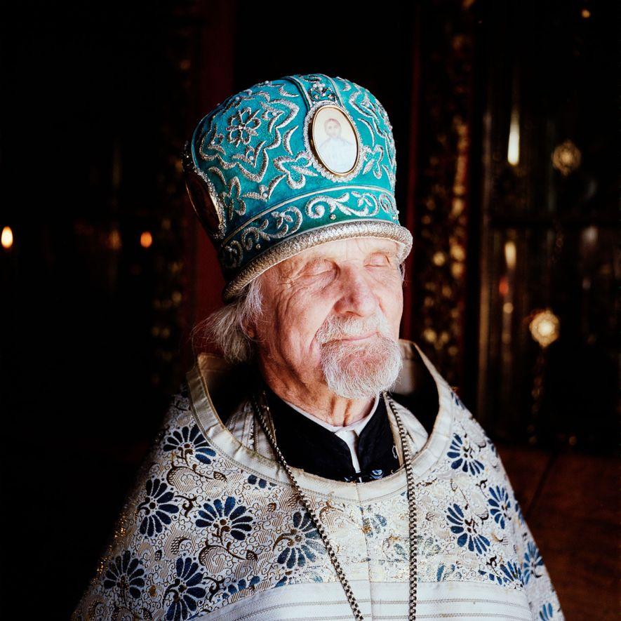 El padre Jevgeni, un sacerdote de 85 años de los «medio creyentes», ha oficiado e la ...