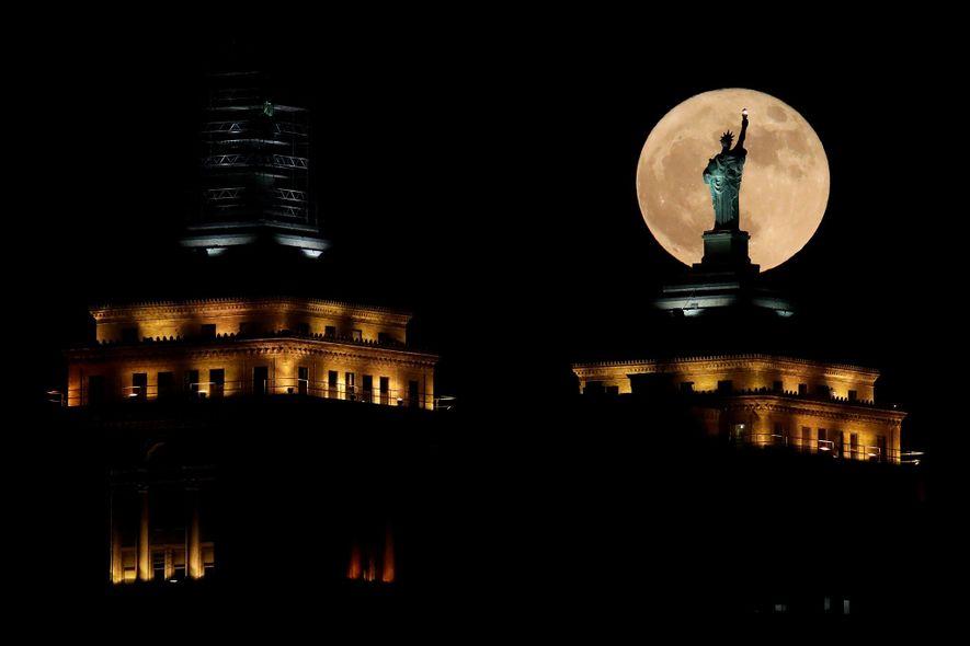 La superluna tras una réplica de la estatua de la Libertad sobre el Liberty Building en …