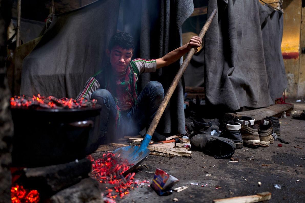 Un chico cocina arroz