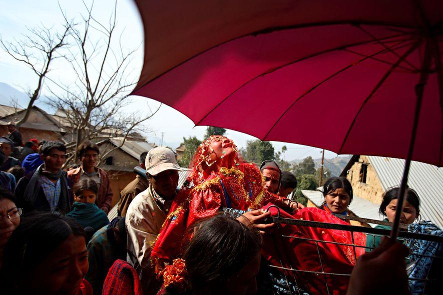 Surita Shreshta Balami, de 16 años, grita en señal de protesta mientras su procesión de boda ...