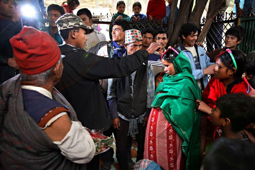 Durga Bahadur Balami, 17, espolvorea de rojo la cabeza de Niruta Badahur Balami, de 14, embarazada ...