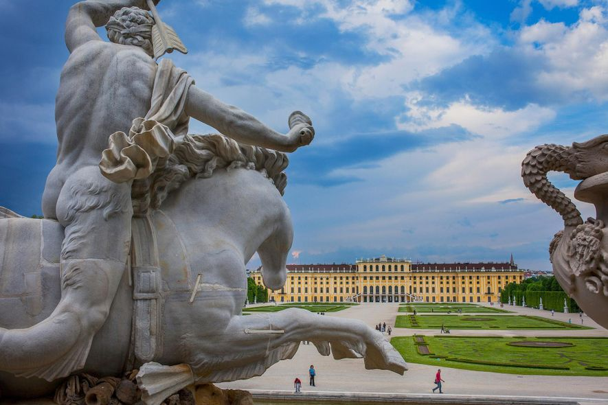 El palacio de Schönbrunn tras la fuente de Neptuno en Viena, Austria.