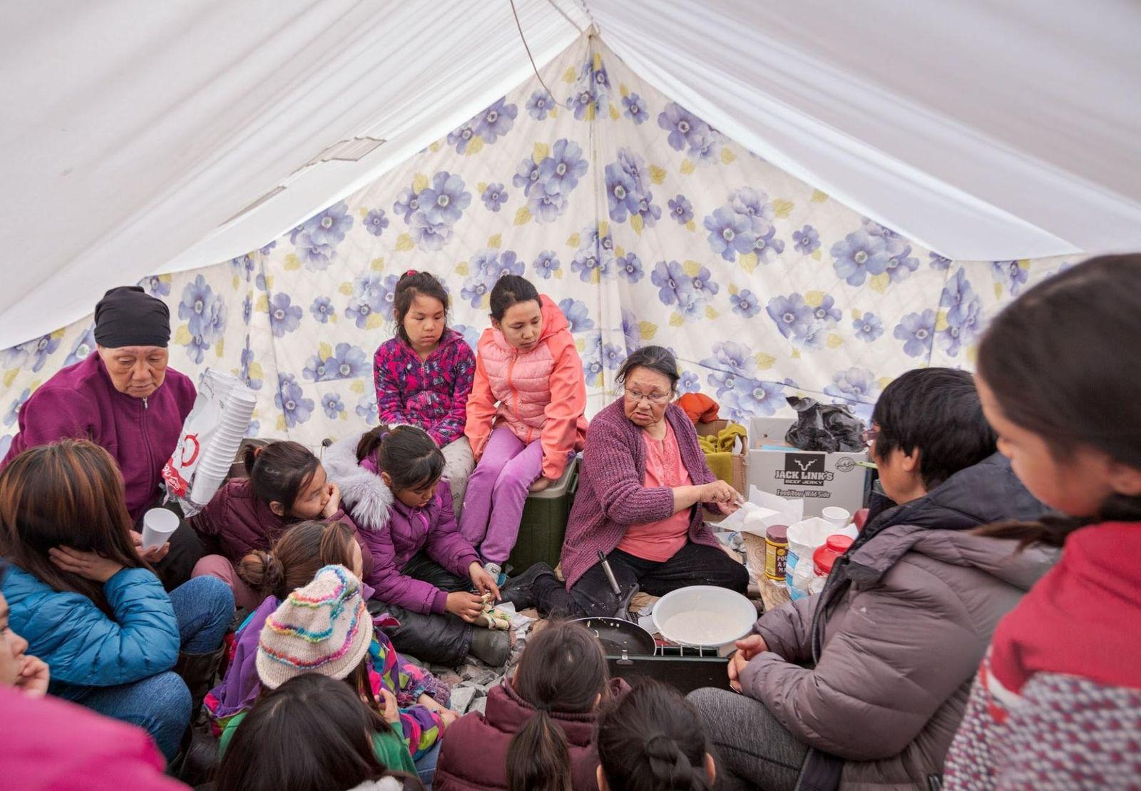 """Tagoonak Qavavauq, una anciana inuit, enseña a los niños a elaborar un pan llamado """"bannock"""" en ..."""