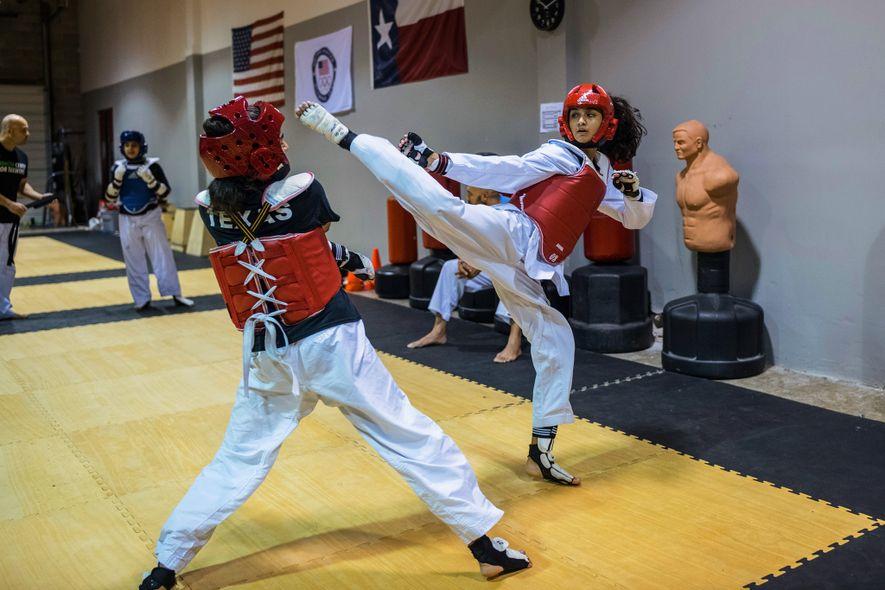 Hermanas musulmanas cinturón negro entrenan y luchan en Katy, a las afueras de Houston, Texas.