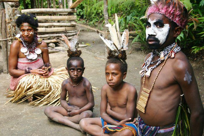 Foto de un jefe y su familia en Papúa Nueva Guinea