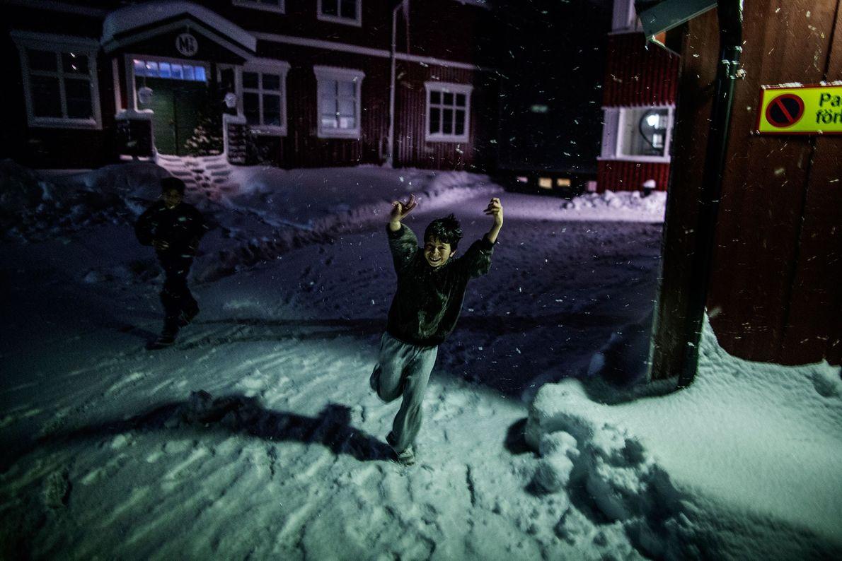 Imagen de un niño corrriendo en la nieve