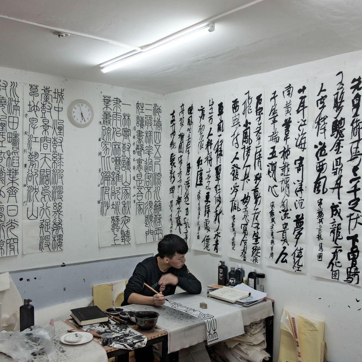 Un estudiante practica caligrafía