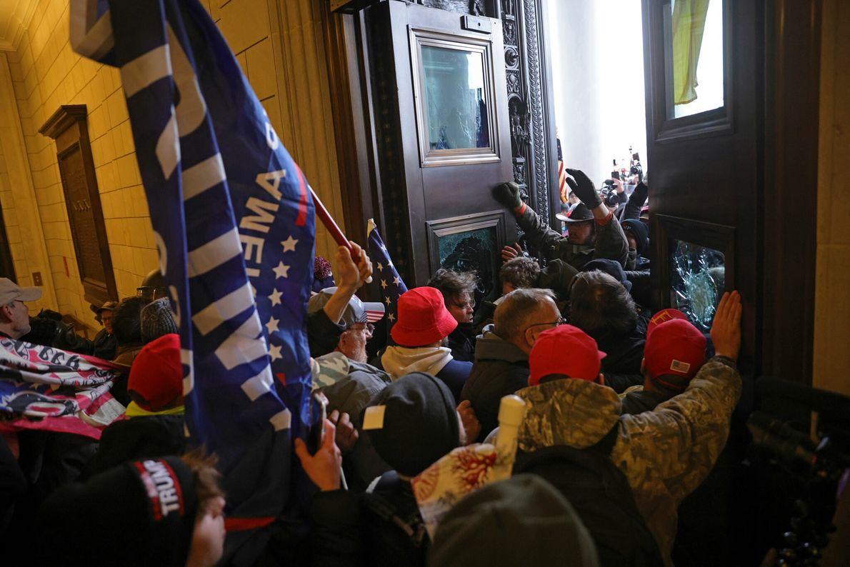 Una muchedumbre irrumpió en el Capitolio