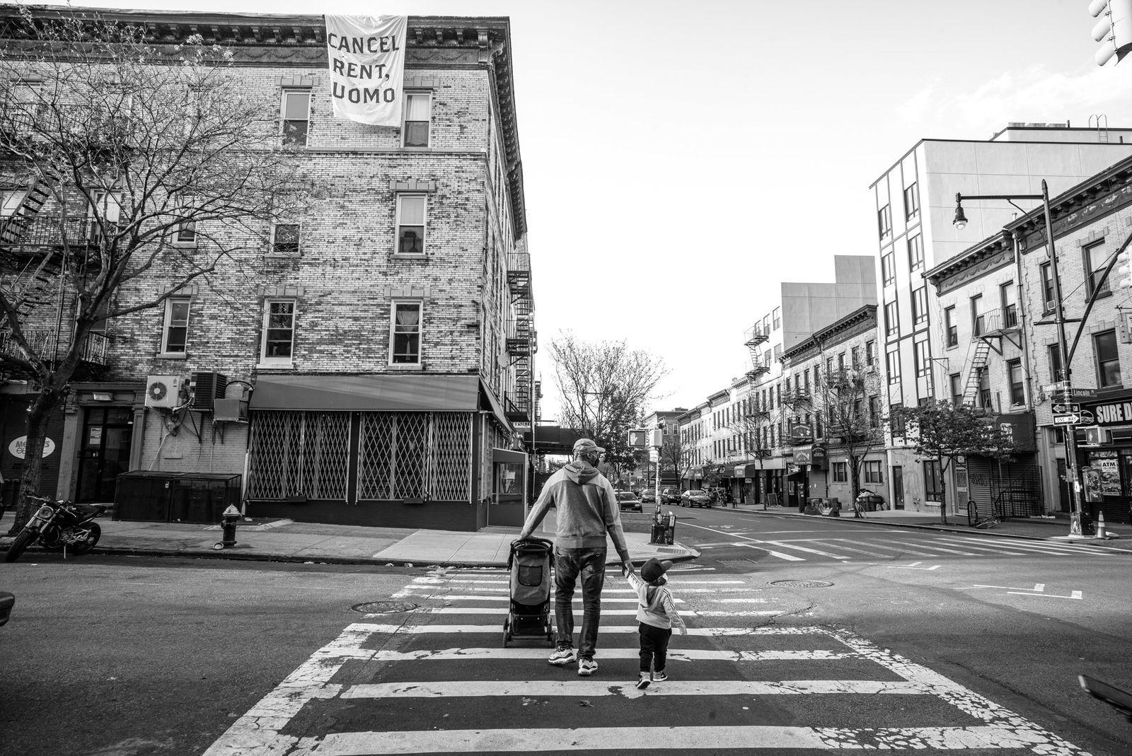 Un padre con su hijo en Brooklyn