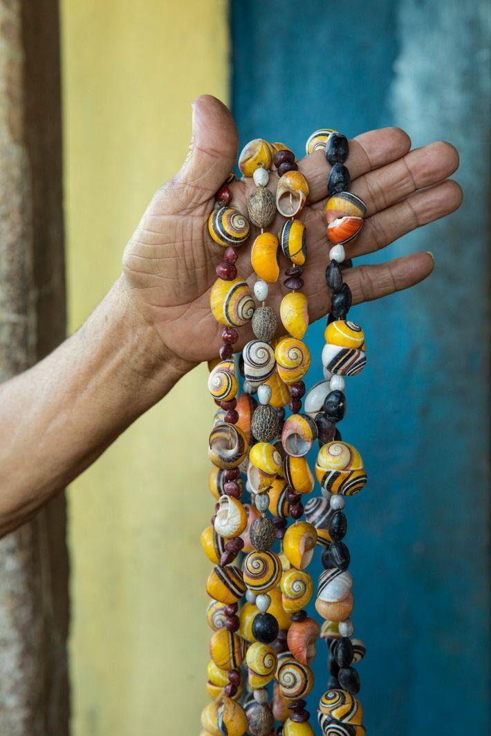 Una mujervende joyas y conchas de caracoles