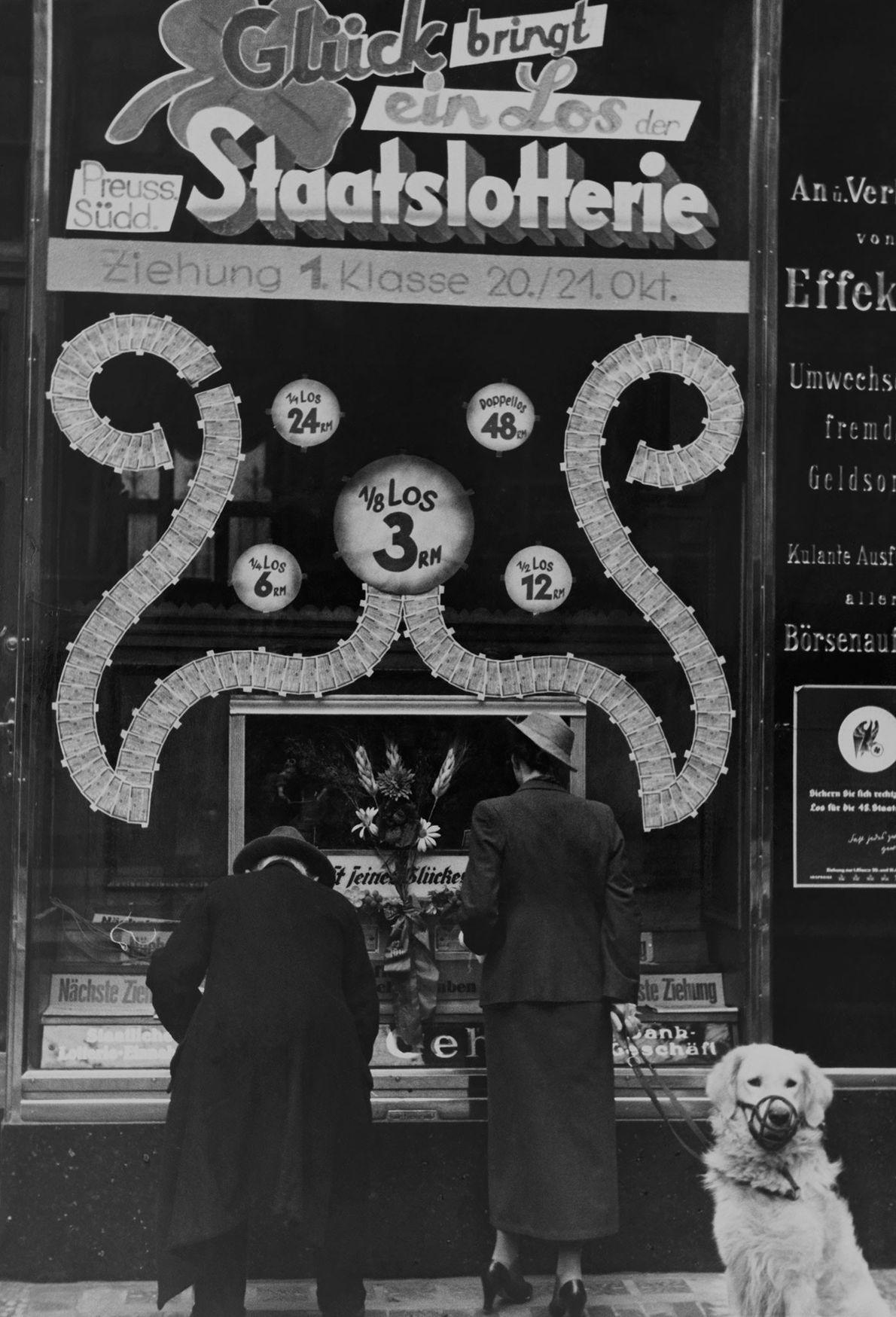 Unos hombres compran billetes de lotería