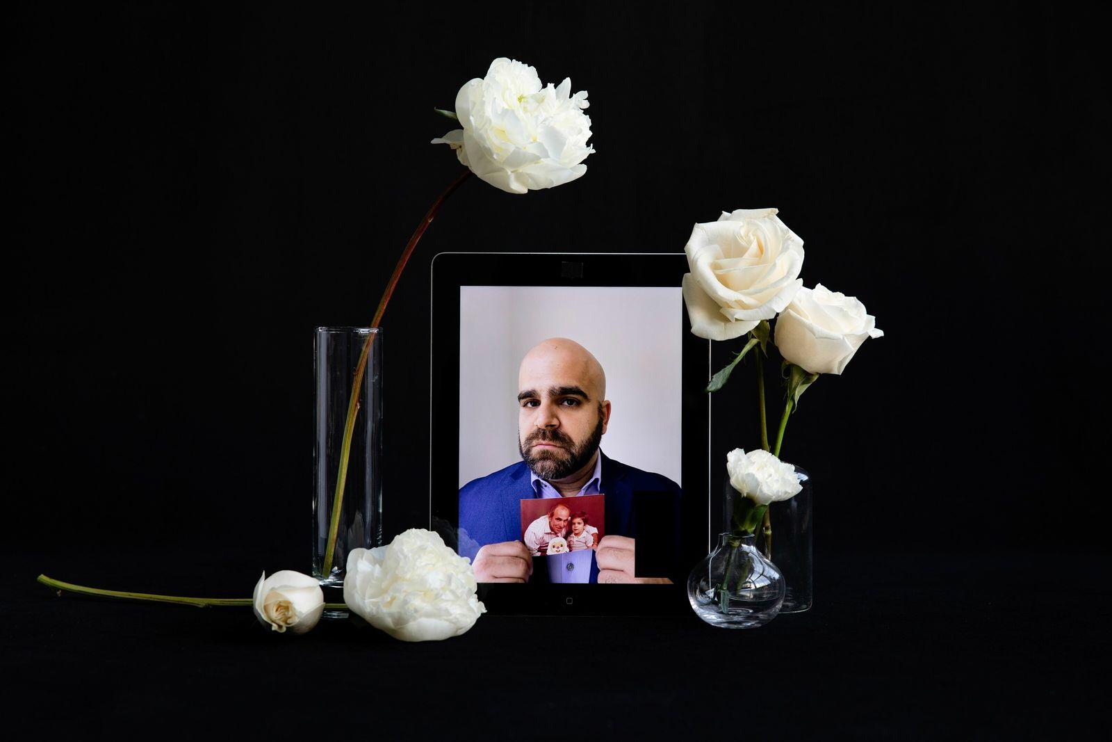 Marco Reyes con una fotografía de su padre, José Reyes