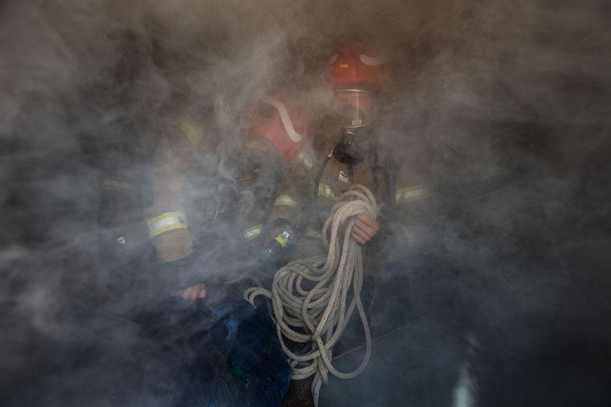 Susanne Spahic (izquierda) y Till Dürrenberger se entrenan para rescatar a una persona de la proa ...