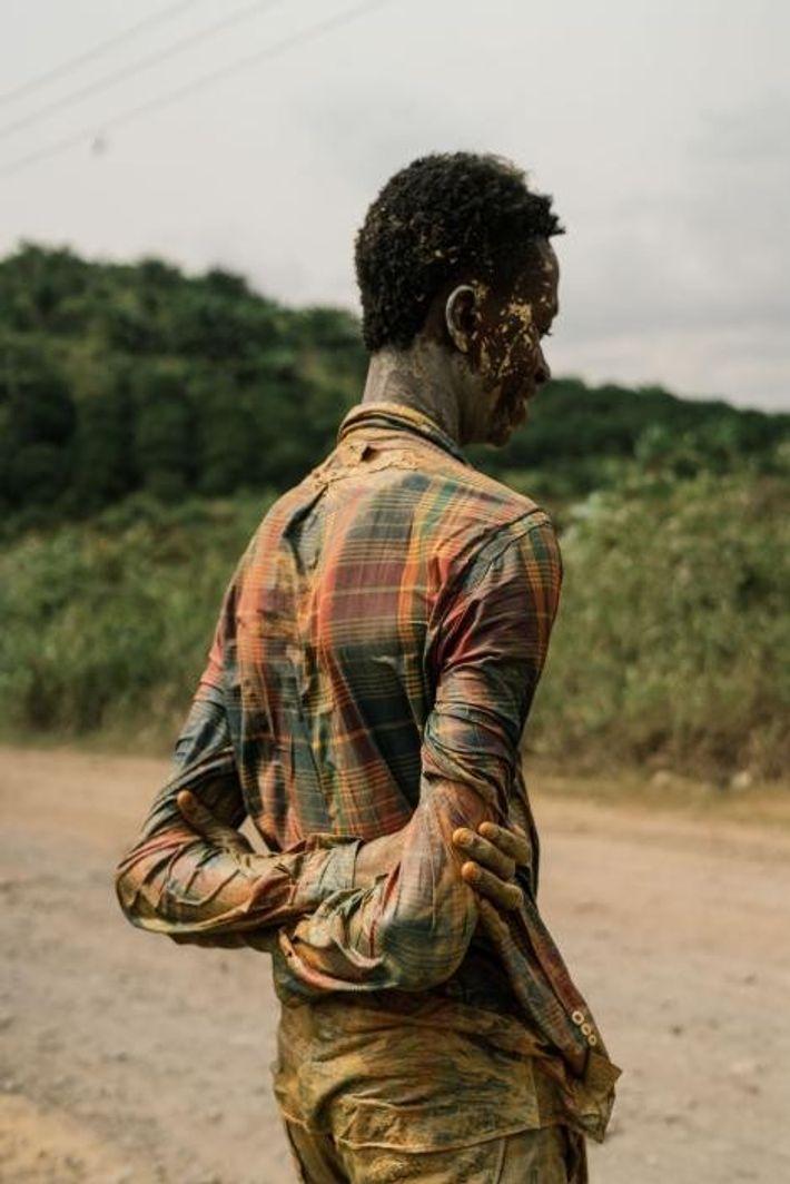 Un adolescente que trabaja en una mina «galamsey»