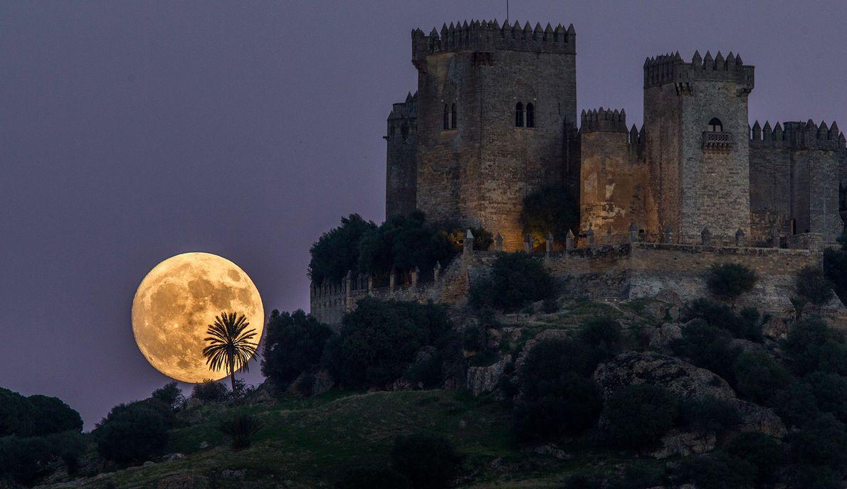 Superluna sobre el castillo de Almodóvar