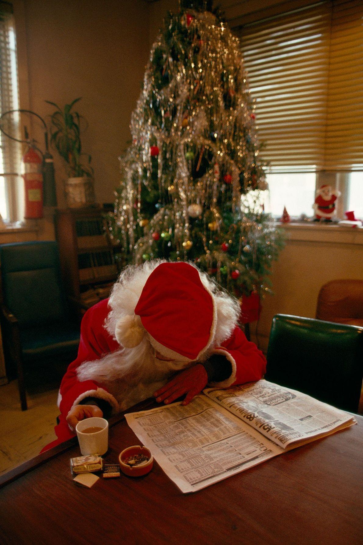 Santa Claus lee el periódico