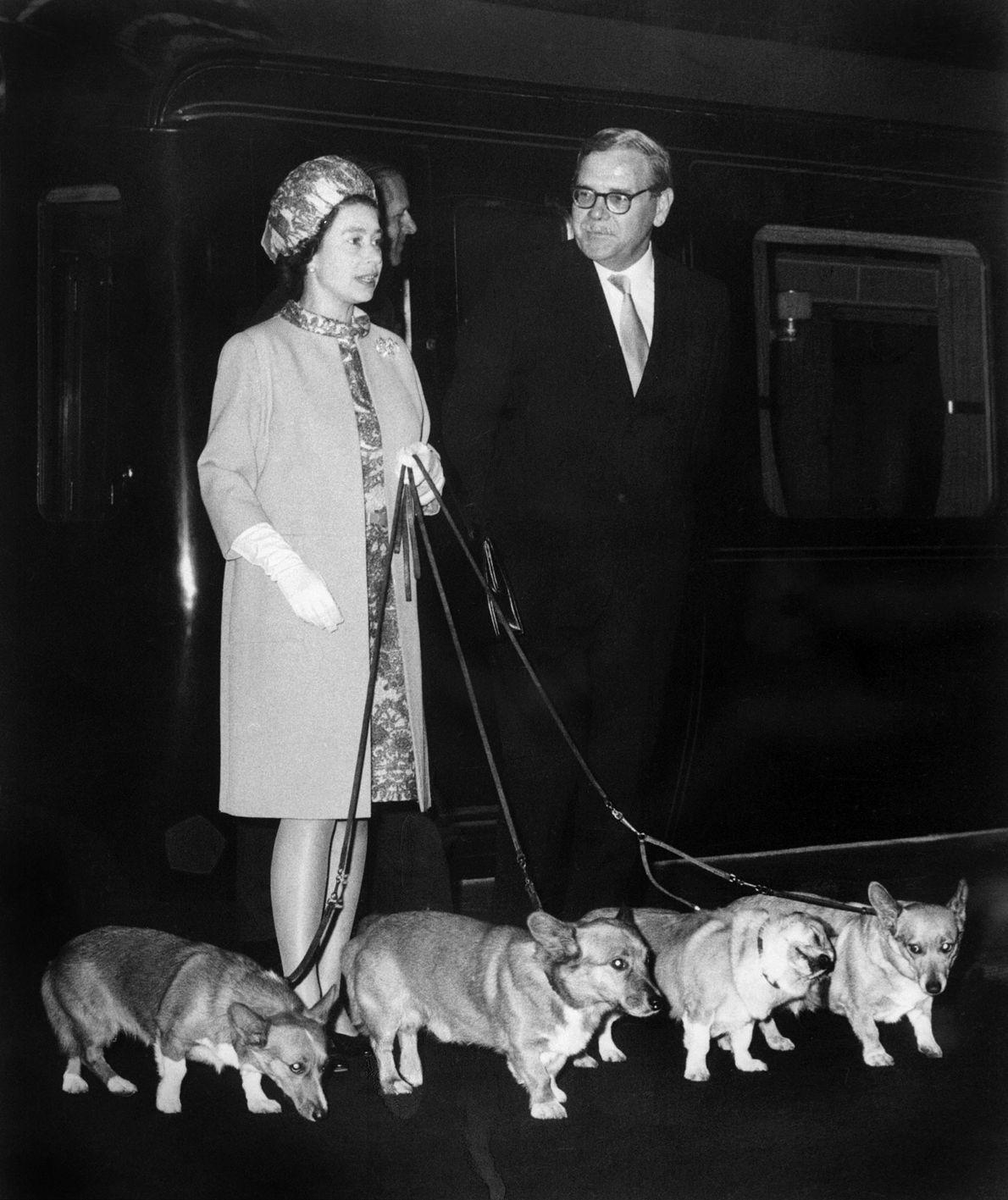 Imagen de la Reina Isabel II llegando a la estación de Kings Cross en Londres
