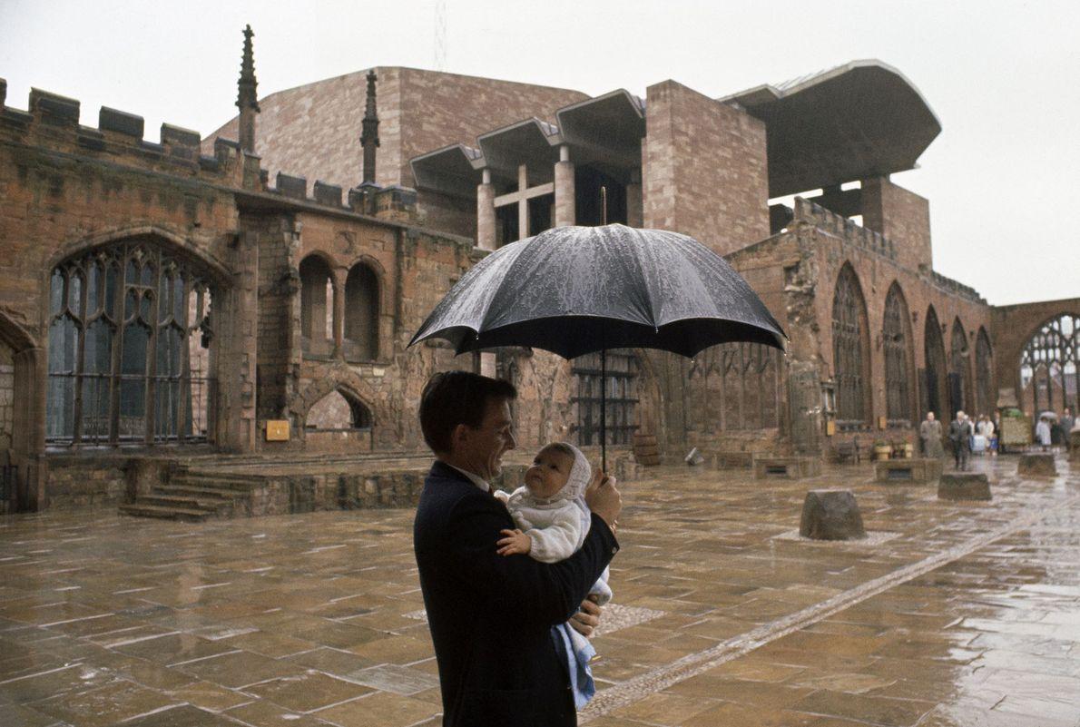 Padre e hijo pasean bajo la lluvia