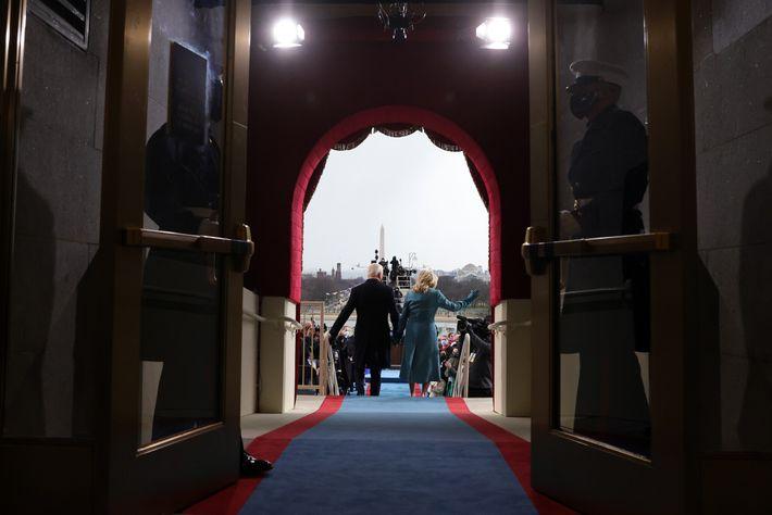 Los Biden recorren una alfombra azul y roja