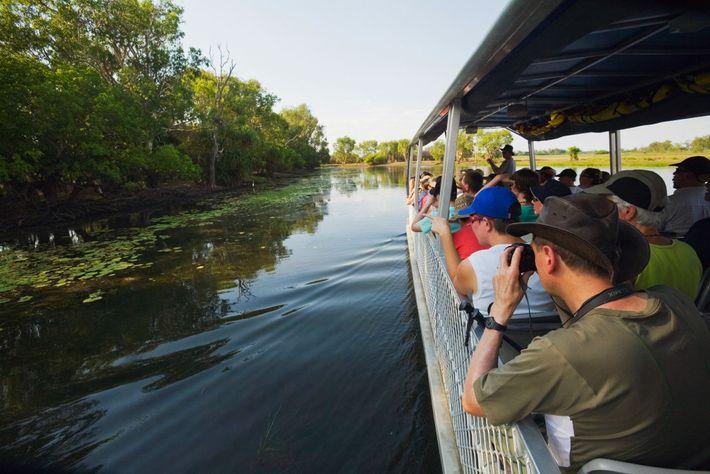 Imagen de tripulantes de un barco en los pantanos de Yellow Water, Australia