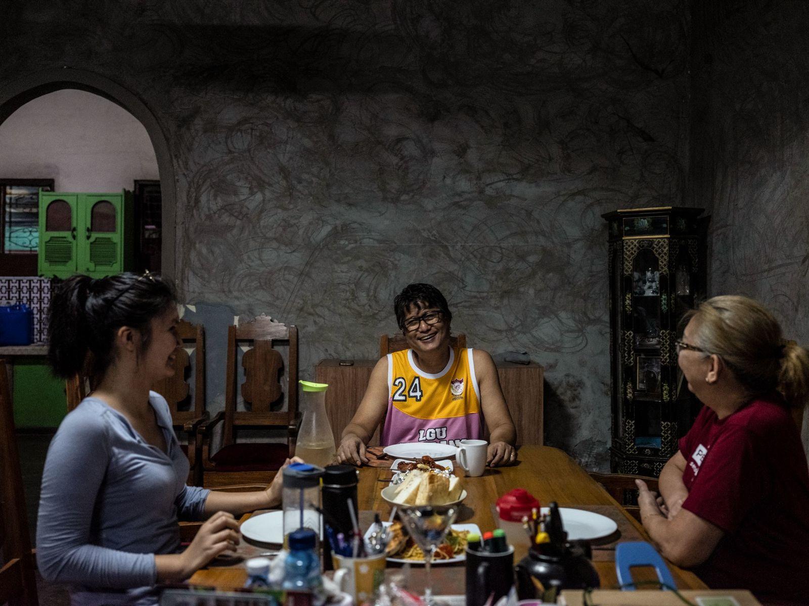 Foto de Cortez cenando con su hija y su mujer