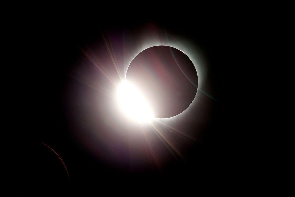 La luna eclipsa casi totalmente al sol durante el eclipse solar total visto desde Salem, en …