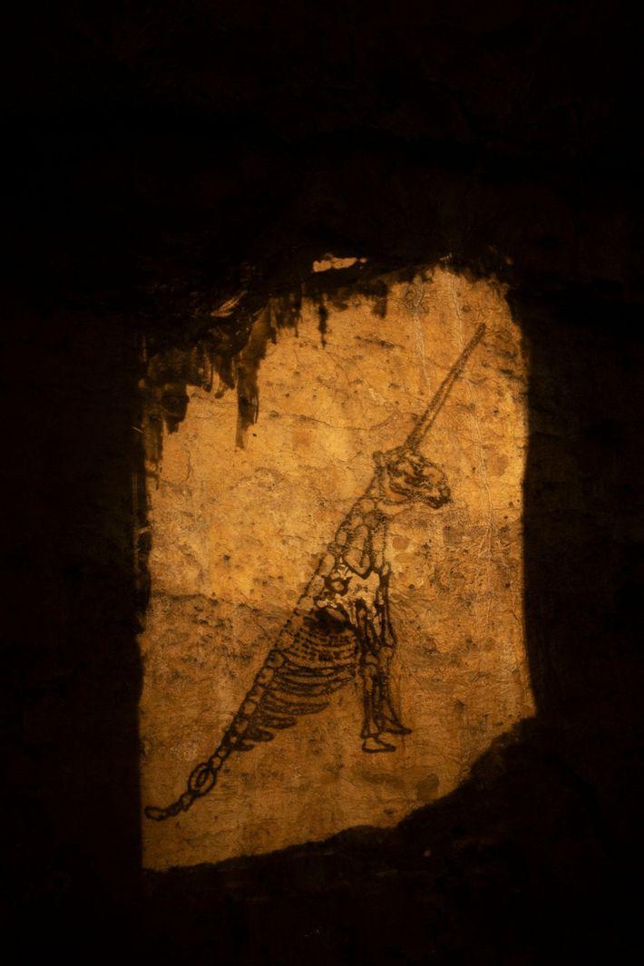 Imagen de un unicornio proyectada en la cueva del Unicornio