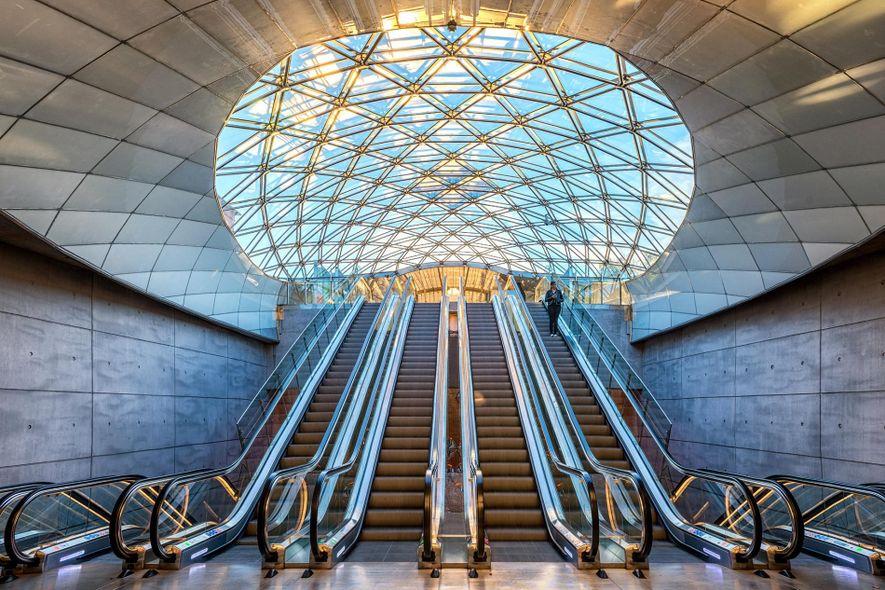 La arquitectura moderna da la bienvenida a los viajeros en la estación Triangeln en Malmö, Suecia.
