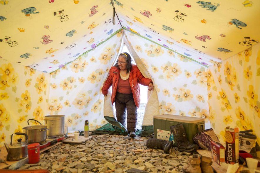 Tootalik Ejangiaq entra en su tienda en el campamento primaveral anual, donde ayuda a los jóvenes ...