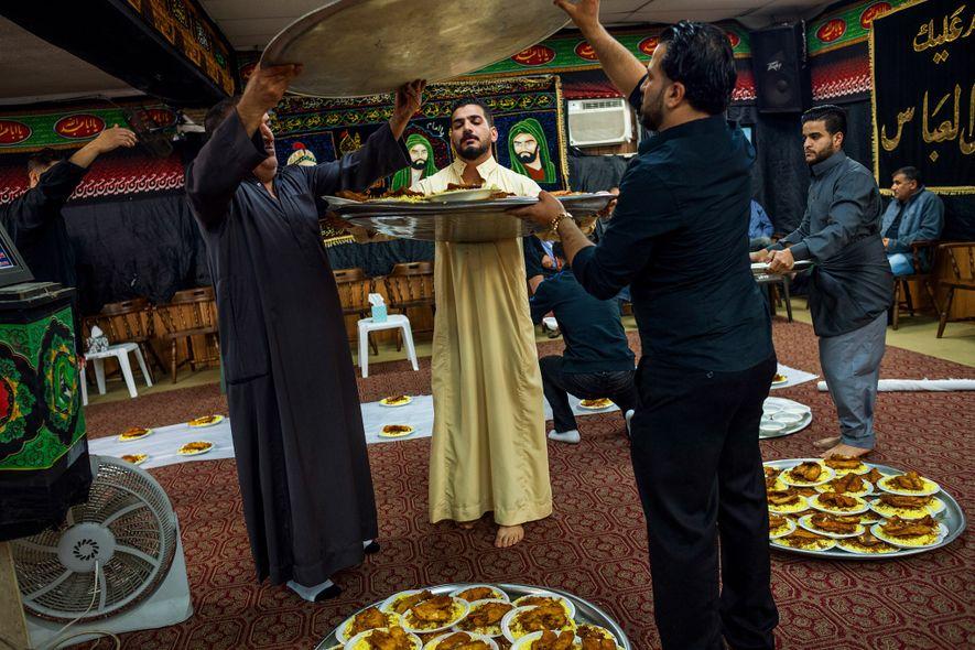 Amigos y familia celebran un funeral tradicional en Dearborn, Michigan, dedicado a Ali Qasim al Khafaji, ...