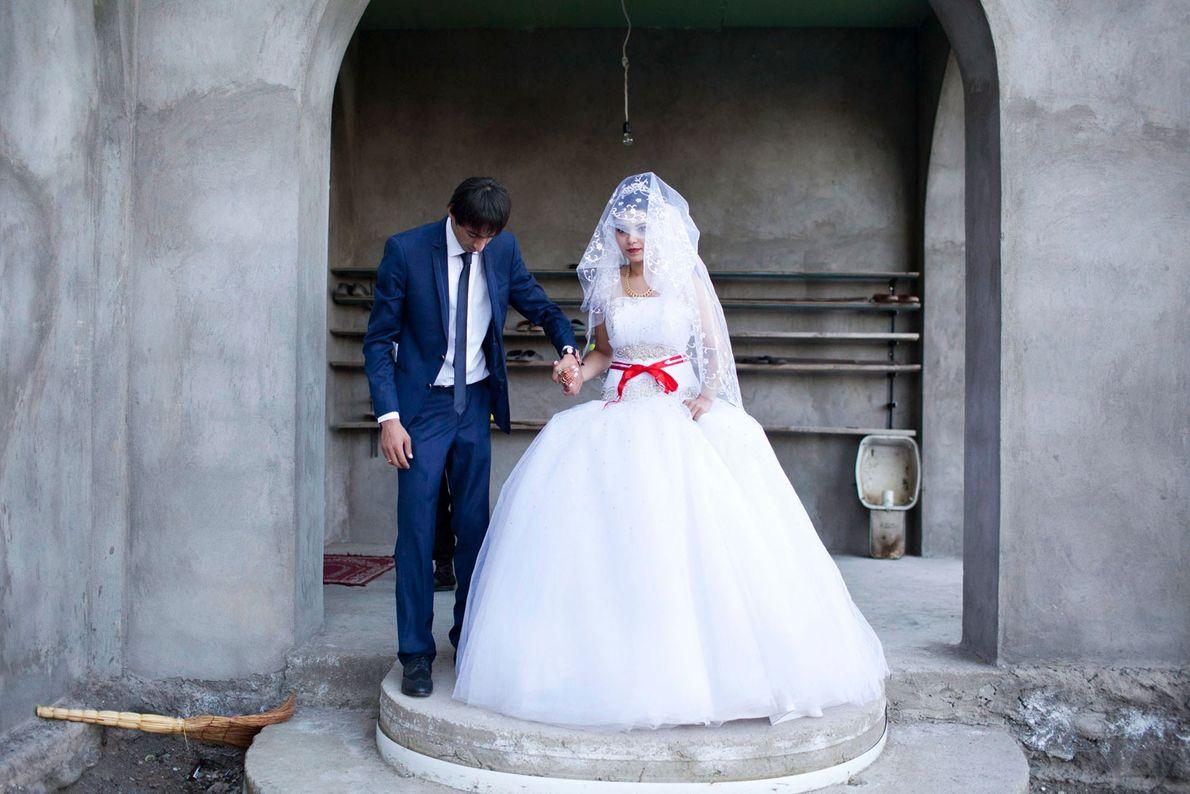 Imagen de la novia y el novio delante de una mezquita